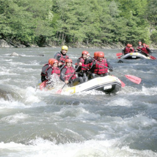Senzații tari pe râuri repezi: rafting și river tubing