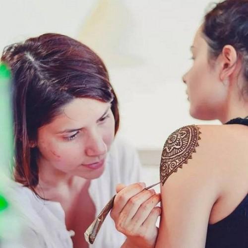 Laura Constantin face expoziție de henna, după un an sabatic