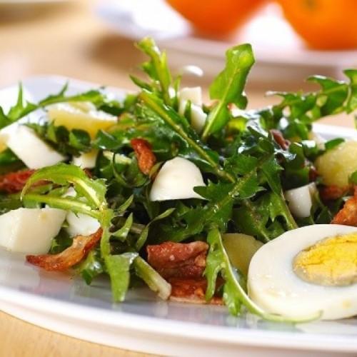 Salată de primăvară cu păpădie, arpagic și tarhon
