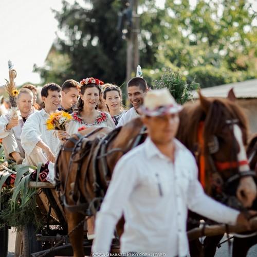 Nuntă tradițională în 2015: căruțe, ii și chiuituri