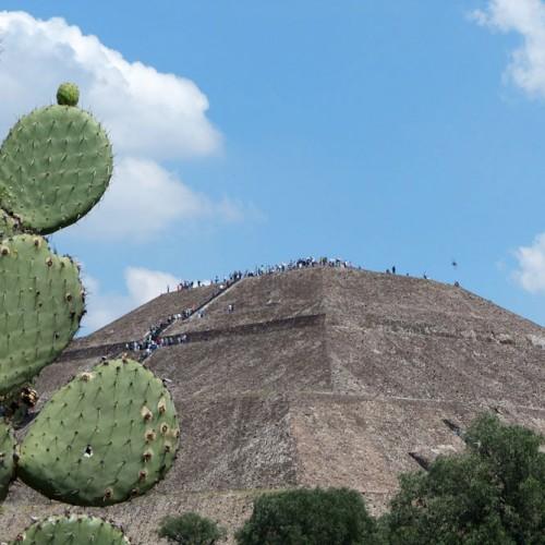 În Mexic, în martie, vezi șarpele magic coborând pe pământ