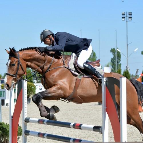 129 de cai s-au întrecut în sărituri peste obstacole, la Equestria