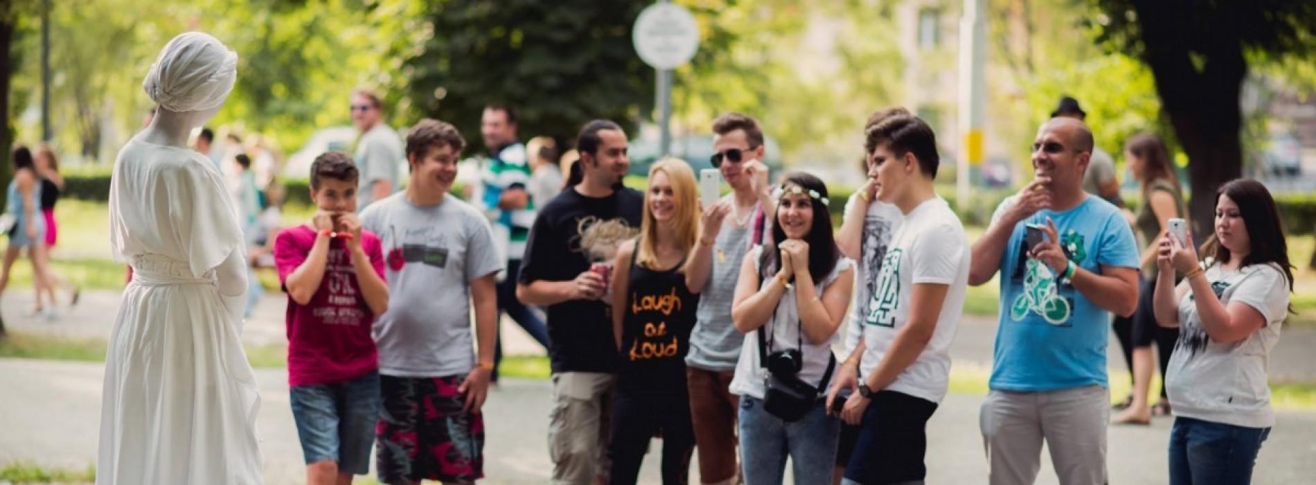Violonistul și statuia vivantă aduc arta pe străzile din România și din Europa