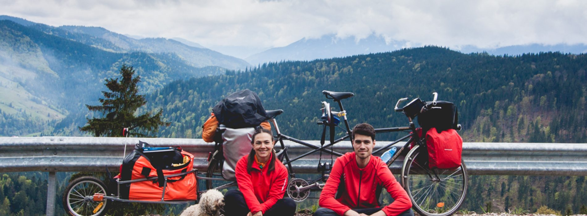 Un tandem, o țară,  trei călători: Laura, Andrei și cățelul Tic