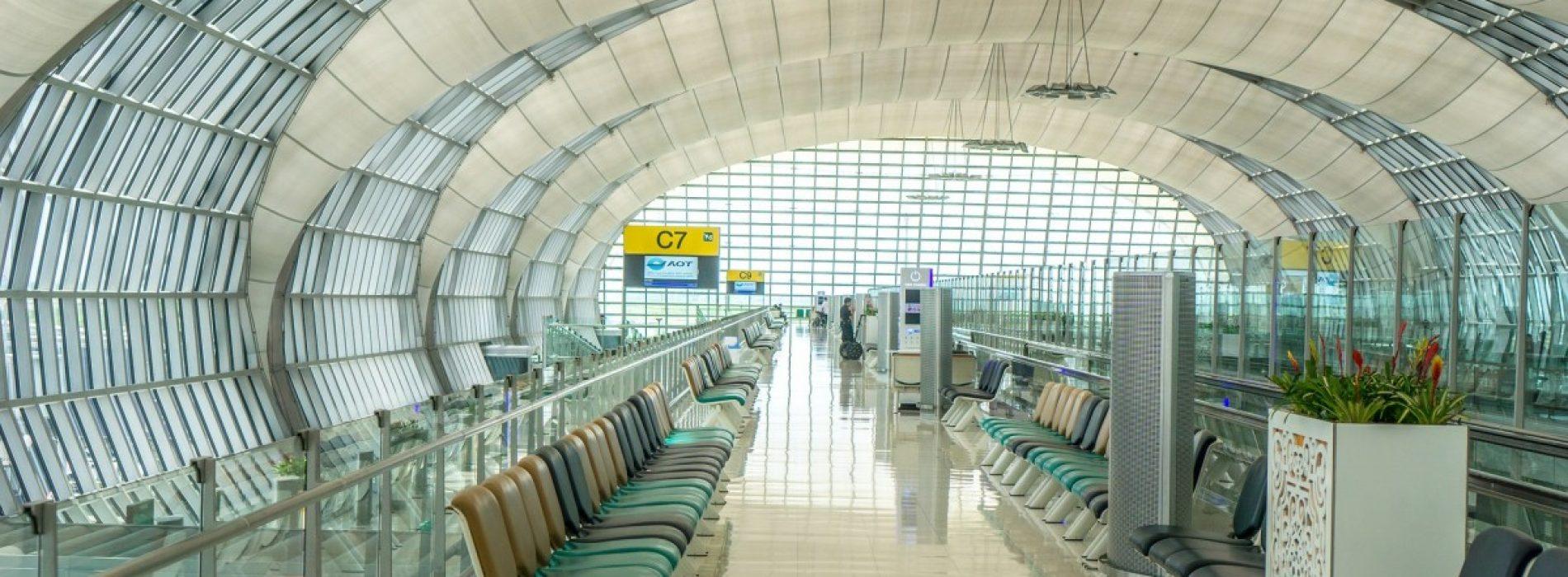 Un american share-uiește cu toată lumea codurile de acces ale rețelelor Wi-Fi  din aeroporturile lumii