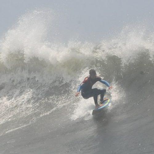 Instructorul de surf Tiberiu Balica duce românii pe cele mai însorite plaje