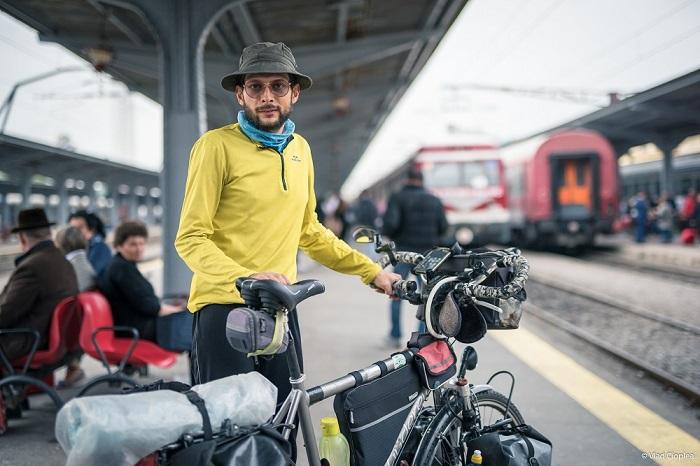 Poveștile călătorilor din Gara de Nord, spuse mai departe de un fotograf și un copywriter