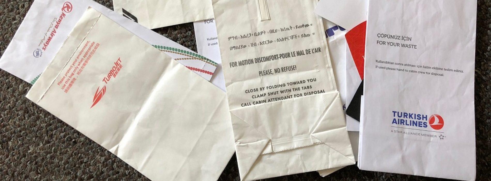 O modalitate mai ciudată de a ambala cadourile: în pungile pentru vomitat din avion