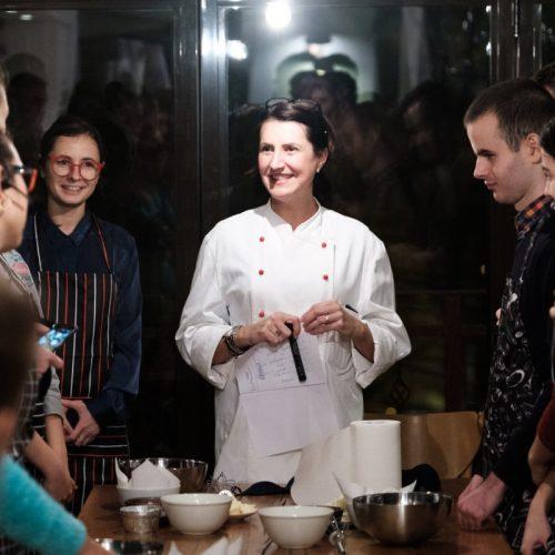 """Profa de «gătit pe nevăzute». Mariana îi învață pe """"atipici"""", cum să se descurce în bucătărie"""